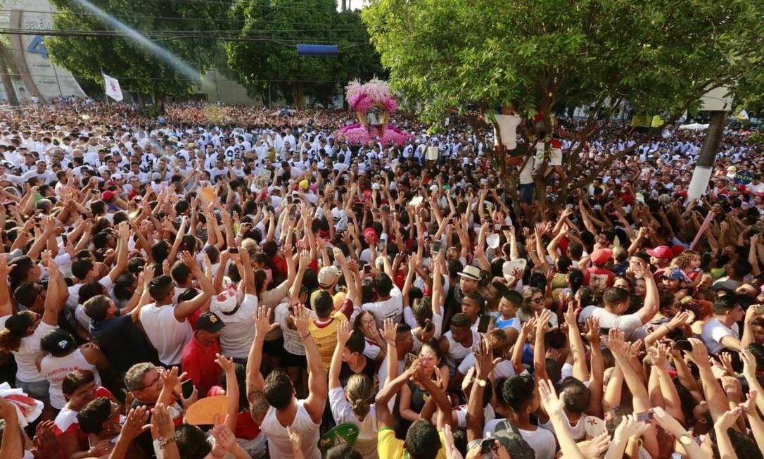 Milhões de pessoas acompanham o Círio; a procissão percorre 4km por quase quatro horas Foto: Bruno Calixto / Agência O Globo