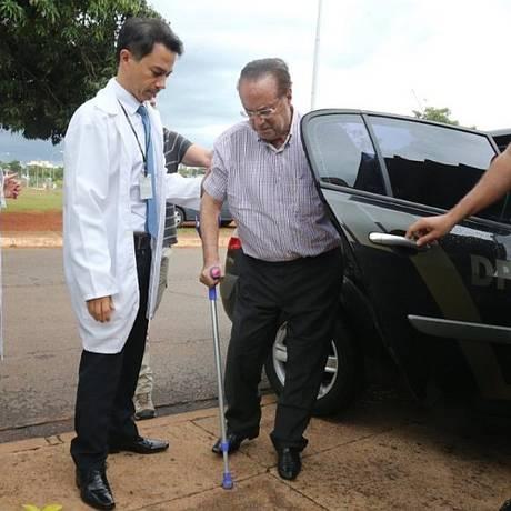 Paulo Maluf chega ao IML em Brasília antes de ir para a Penitenciária da Papuda Foto: Givaldo Barbosa / Agência O Globo