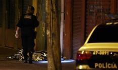 Perícia é realizada no local onde PM foi assassinado Foto: MARCOS DE PAULA / Agência O Globo