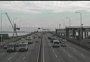 Ponte Rio-Niterói na manhã deste sábado Foto: Reprodução Ecoponte