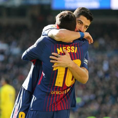 Suárez abraça Messi: os dois marcaram na vitória do Barça Foto: SERGIO PEREZ / REUTERS