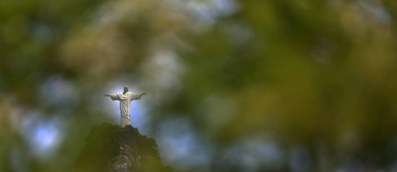 O Cristo Redentor, símbolo do Rio, que está pronto para receber o novo ano: Viver em contato com a natureza melhora o humor e reduz a incidência de depressão nas pessoas, sugere o ambientalista Rodrigo Medeiros Foto: Custódio Coimbra / Agência O Globo
