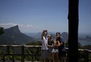 Ricardo, Stephane, Nicole e Gabriel fazem fotos com a cidade ao fundo: roteiro movimentado inclui a Pedra Bonita e Baixo Botafogo Foto: Agência O Globo / Márcia Foletto