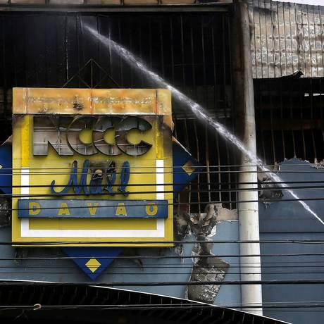 Incêndio foi deflagrado no shopping NCCC, em Davao, no sul das Filipinas Foto: MARCONI B. NAVALES / REUTERS