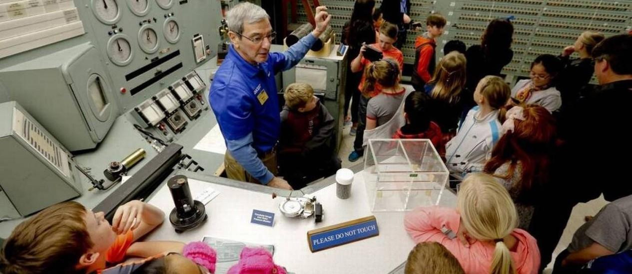 O projeto 'Visit Tri-Cities' tem a missão de alavancar a região no sudeste do Estado de Wanshington como destino turístico relacionado com a ciência. Na foto, crianças aprendem sobre o Hanford B, primeiro grande reator nuclear já construído e que foi parte do programa de armas nucleares dos EUA na Segunda Guerra Mundial Foto: Tri-City Herald