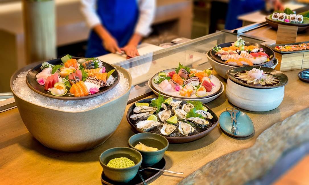 Shiso (Grand Hyatt). No brunch Japonês, destacam-se pratos reconhecidos como uma variada seleção de sushis e sashimis, como quentes (arroz Gohan, sopa, noodles) e frios (saladas e conservas japonesas). As robatas, espetinhos de carne, frango, peixe e legumes também estão disponíveis. Ao todo, são seis estações com opções variadas, incluindo sobremesas. Dom, das 12h30m às 16h. R$ 137,50 (sem espumante) e R$ R$ 205 + taxas. Av. Lucio Costa 9.600, Barra (3797-9523). Foto: Tadeu Brunelli / Divulgação/