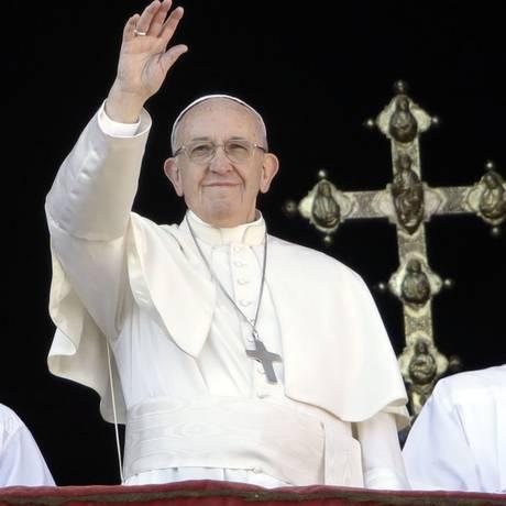Francisco, cercado por bispos, acena para a multidão durante a mensagem natalina: O Papa alertou sobre o agravamento de conflitos e pediu que os católicos orem pela paz Foto: Alessandra Tarantino/AP