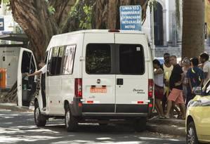 Van para no ponto do 133 (Rodoviária-Largo do Machado), linha explorada pela São Silvestre, para pegar passageiros Foto: Fernando Lemos / Agência O Globo