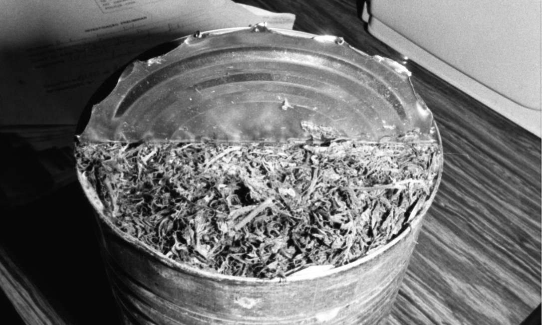 x20469740 Rio de Janeiro RJ25 09 1987PoliciaRJToxicoMaconhaMaconha em latas despeja.jpg,qposicaoFoto1.pagespeed.ic.MpER MtDSN Latas de doce de leite de Verão 90 foi maconha na vida real nos anos 80