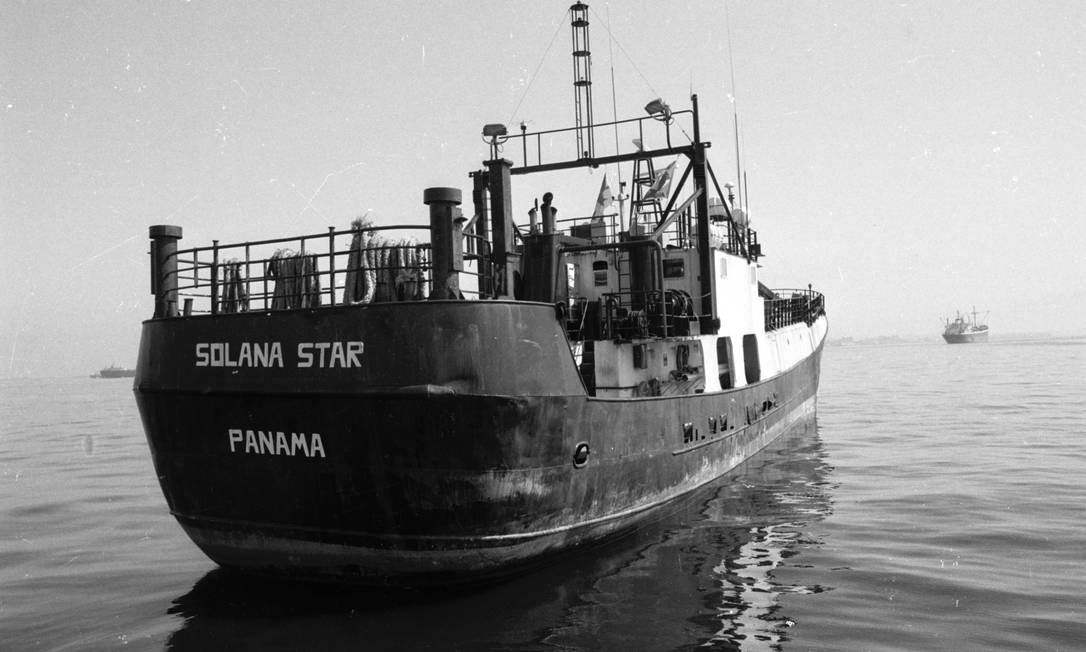 Navio de bandeira panamenha Solana Star Foto: Celso Meira / Arquivo O Globo (26/09/1987)
