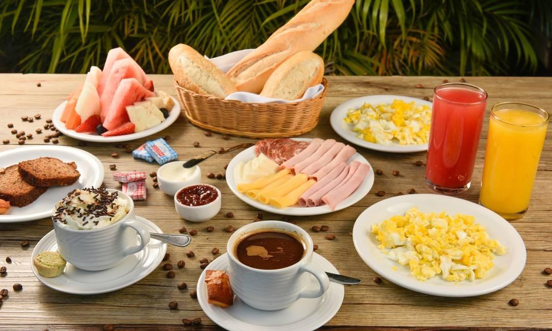 Empório CR. Ali, o café da manhã (R$ 48) começa tarde e serve duas pessoas. No bufê, dois sucos naturais, duas bebidas quentes (café, chocolate quente, café com leite, chá), cesto de pães feitos artesanalmente no local (baguete, pão francês e torradas), seleção de queijos e frios, cream cheese, geléia e manteiga, além de bolo, porção de ovos mexidos e de frutas da estação. Av. Ayrton Senna 2.541, Barra (97608-6986 ). Seg, das 10h às 18h. Foto: Divulgação/Bruno de Lima