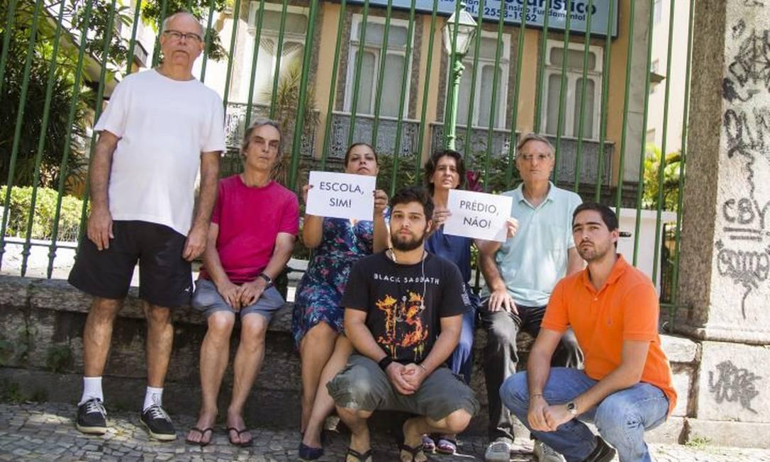 Moradores diante do complexo onde ficava a escola Foto: Agência O Globo / Bárbara lopes