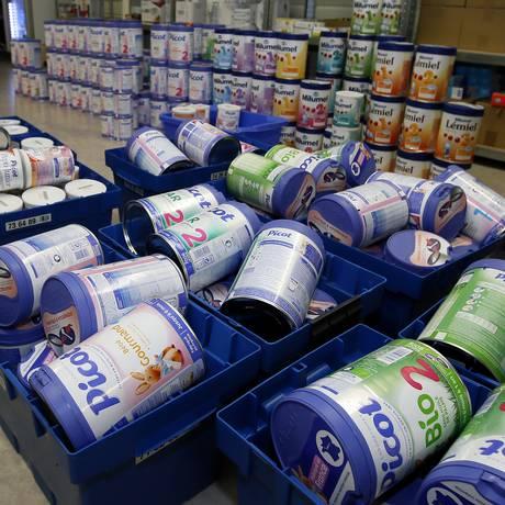 Caixas de leite para bebês feito pela Lactalis recolhidas em uma drogaria em Anglet, na França Foto: Bob Edme / AP/11-12-2017
