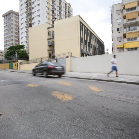 Na Rua Alexandre Ramos, a pintura da lombada tem falhas Foto: Brenno Carvalho / Agência O Globo