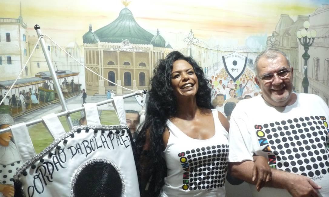 O presidente Pedro Ernesto e a musa do bloco, Selminha Sorrisomostram a camiseta do 100º desfile do Bola em 2018 Foto: Madalena romeo