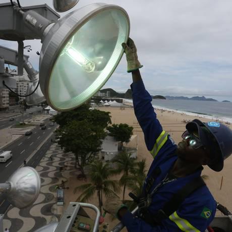 Funcionário da Rioluz faz manutenção na rede elétrica da orla, que tem 55 postes e 90 projetores Foto: Agência O Globo / Custodio Coimbra