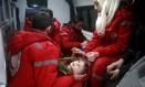 Equipe síria do Comitê Internacional da Cruz Vermelha trabalha para levar criança de Goutha Oriental Foto: ABDULMONAM EASSA / AFP