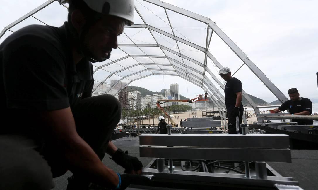 Operários montam painel de led e palco para show da virada na Praia de Copacabana Foto: Custódio Coimbra / Agência O Globo