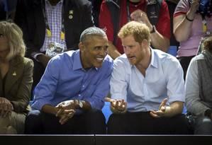 Em setembro de 2017, ex-presidente Barack Obama e príncipe Harry conversam durante o Invictus Games em Toronto Foto: Chris Donovan / AP