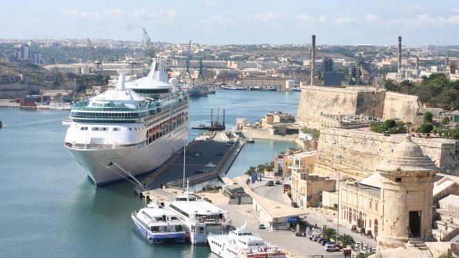 Navio Vision of the Seas ancorado no porto de Valletta, em Malta. A cidade é uma das capitais da cultura na Europa em 2018 Foto: Carla Lencastre / Agência O Globo