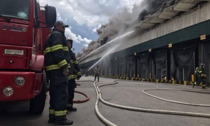 Incêndio de grandes proporções atinge galpão no município de Osasco-SP