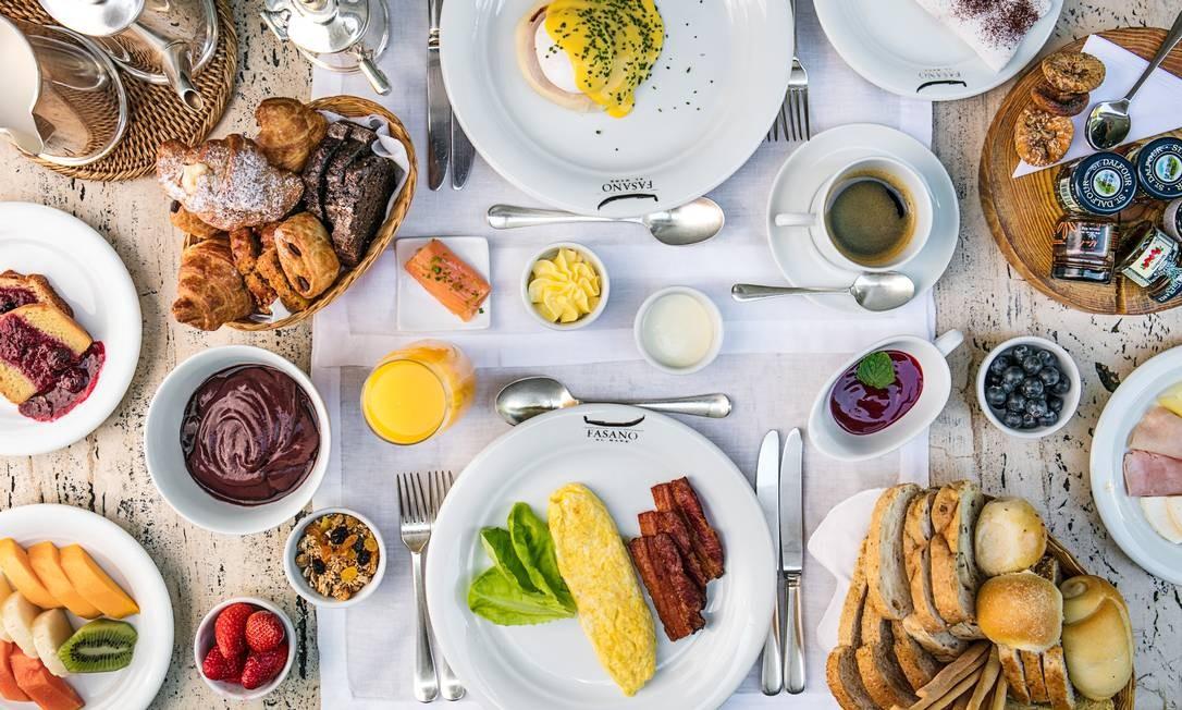 Fasano Al Mare. O famoso Café da Manhã Fasano (R$ 116), além do bufê, oferece opções preparadas na hora, como ovos, omeletes recheados, panquecas, waffles e tapiocas. Pães de grãos e de queijo, bolos e geleias de frutas compõe a mesa com uma seleção de fios, embutidos e queijos. Um dos destaques é o salmão defumado com fatias de bacon. Av. Vieira Souto 80, Ipanema (3202-4030). Café da manhã, seg a sex, das 7h às 10h; sáb, dom e feriados, das 7h às 11h. Foto: Tomas Rangel / Tomás Rangel