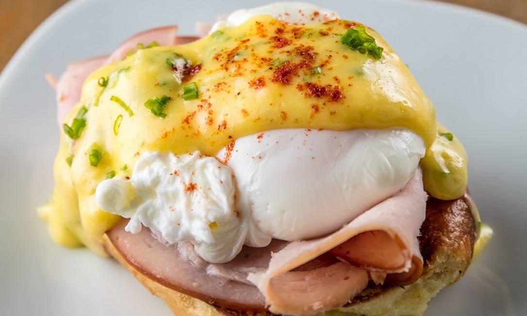 Empório Jardim. Quem não dispensa o ovo na primeira refeição do dia vai encontrar uma seção com diversas opções deliciosas como ovos marroquinos (R$ 14,50), preparados com molho de tomate e especiarias; o ovo beneditino (R$ 21,50), servido no brioche da casa com molho hollandaise e peito de peru defumado; e o panovo (R$ 14,50), com pão de milho feito com ovo na frigideira. Rua Visconde da Graça 51, Jardim Botânico (2535-9862). Dia 1/01, das 11h às 22h. Foto: Tomas Rangel / Divulgação