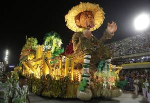 Desfile da Império Serrano no Carnaval de 2017 pela Série A Foto: Fábio Guimarães / Agência O Globo