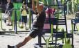 Idoso faz exercícios em equipamentos instalados na Praça do Lido, Copacabana: prática confere proteção não só para o coração, mas também para o cérebro