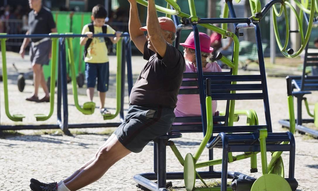 Idoso faz exercícios em equipamentos instalados na Praça do Lido, Copacabana: prática confere proteção não só para o coração, mas também para o cérebro Foto: / Ana Branco/10-07-2015