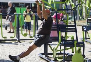 Idoso faz exercícios em equipamentos instalados na Praça do Lido, Copacabana: prática confere proteção não só para o coração, mas também para o cérebro Foto: Ana Branco/10-07-2015