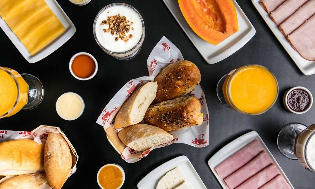 Deli 43. A opção simples (R$ 39) inclui uma bebida quente, fruta da estação, manteiga e geleia, cesta com pães variados, frios e queijos. O café completo para uma pessoa (R$ 55) ou duas (R$ 89) vem com bebida quente, suco, fruta, iogurte, granola, mel, manteiga, requeijão, geleia, cesta com pães variados, frios e queijos, além de ovos mexidos e bolo. Além destas combinações, os clientes podem montar seu próprio menu. Rua João Lira 97, Leblon (2294-1745). Foto: Tomas Rangel / Divulgação