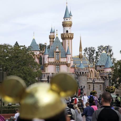 Visitantes caminham perto do Castelo da Cinderela na Disneylândia, em Anaheim, na Califórnia Foto: Jae C. Hong / AP/22-5-2015