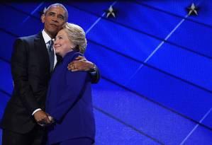 O então presidente dos EUA Barack Obama abraça a candidata à Presidência democrata Hillary Clinton durante a convenção nacional do partido em Filadélfia, na Pensilvânia Foto: ROBYN BECK / AFP