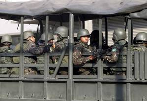 Tropas do Exército durante operação na Rocinha Foto: Pedro Teixeira / Agência O Globo