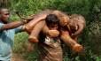 Palanichamy Sarathkumar com o filhote de elefante nas costas