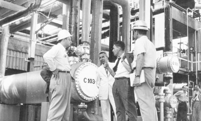 Engenheiros conversam com reportagem do Jornal O Globo na refinaria em outubro de 1954 Foto: Agência O Globo