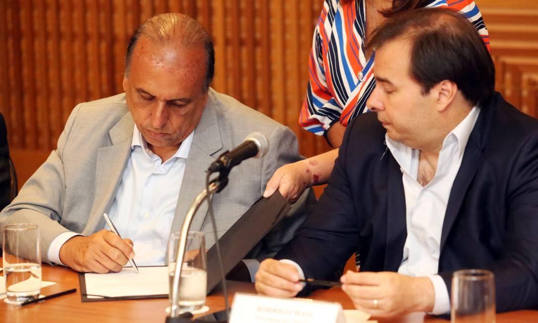 O governador Luiz Fernando Pezão assina a liberação de R$ 27 milhões para 785 escolas públicas. Foto: Paulo Vitor / Divulgação