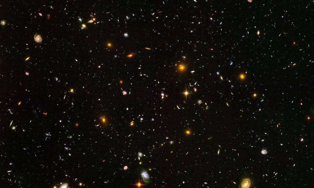 Imagem de campo profundo do telescópio espacial Hubble mostra algumas das galáxias mais distantes já vistas: cosmologias de ricochete são compatíveis com observações Foto: / NASA/ESA/S. Beckwith