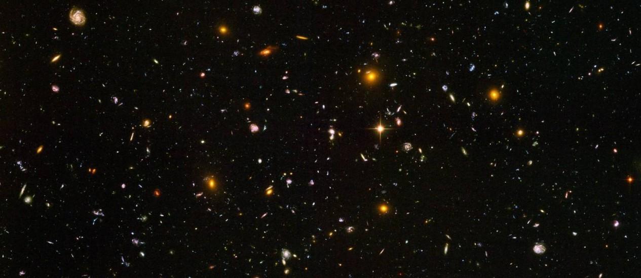 Imagem de campo profundo do telescópio espacial Hubble mostra algumas das galáxias mais distantes já vistas: cosmologias de ricochete são compatíveis com observações Foto: NASA/ESA/S. Beckwith