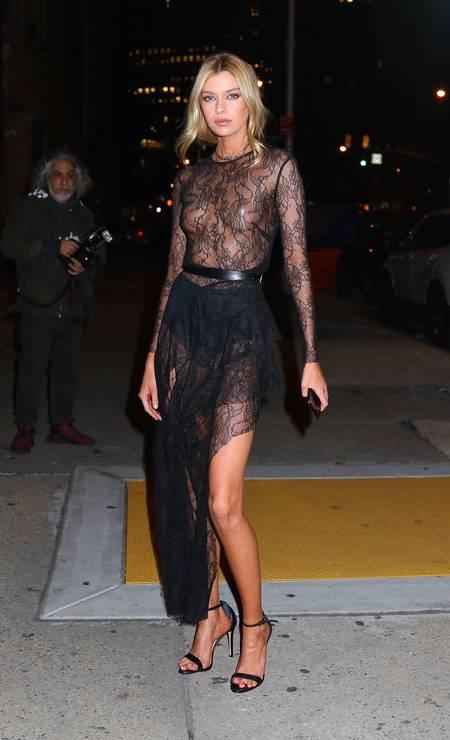 Na exibição do desfile anual da Victoria's Secret, Stella Maxwell, angel da marca de lingerie, abriu mão da lingerie e deixou os seios à mostra sob o vestido de renda transparente Foto: AKM - GSI