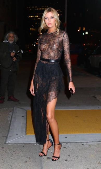 Na exibição do desfile anual da Victoria's Secret, Stella Maxwell, angel da marca de lingerie, abriu mão da lingerie e deixou os seios à mostra sob o vestido de renda transparente AKM - GSI