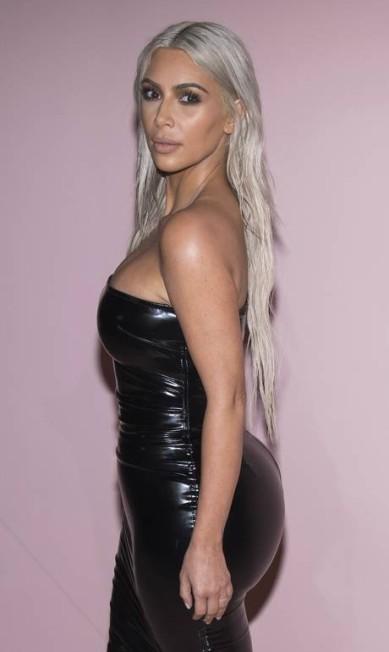 Kim Kardashian surgiu no desfile de Tom Ford, em setembro, com um little black dress que destacava o seu famoso derrière Charles Sykes / Charles Sykes/Invision/AP