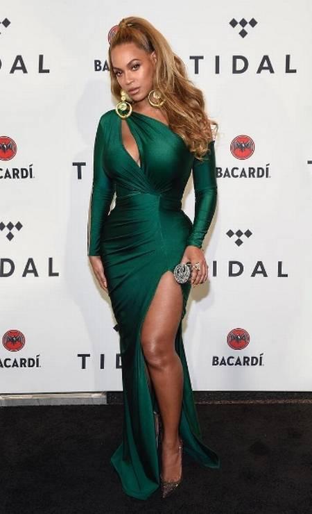 No show beneficente Tidal X Brooklyn, Nova York, Beyoncé brilhou em um vestido verde esmeralda justo e com recortes que destacavam seu corpo Foto: Reprodução Instagram