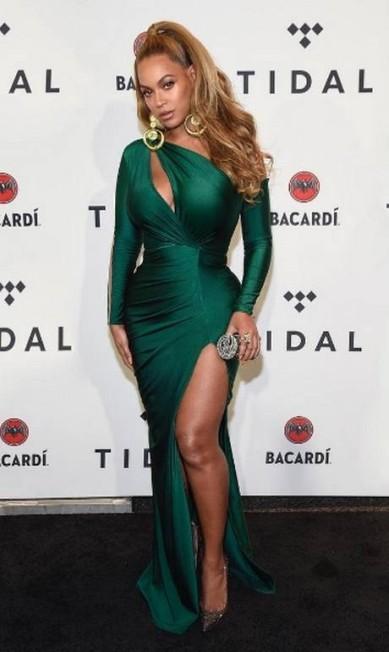 No show beneficente Tidal X Brooklyn, Nova York, Beyoncé brilhou em um vestido verde esmeralda justo e com recortes que destacavam seu corpo Reprodução Instagram