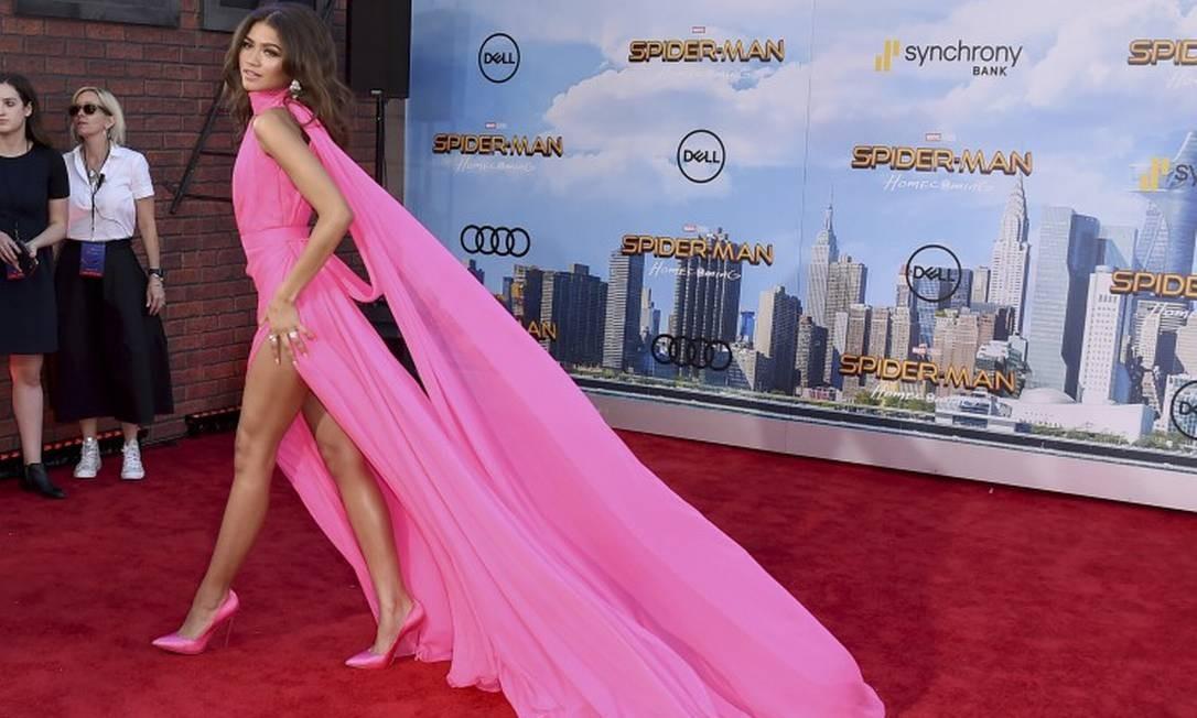 """Não faltaram pernas para Zendaya preencher a vertiginosa fenda escolhida para a estreia de """"Homem-Aranha: De Volta ao Lar"""" em Los Angeles Foto: Jordan Strauss / Jordan Strauss/Invision/AP"""