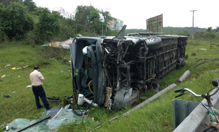 Dois mortos e três feridos em acidente automobilístico na BR-101