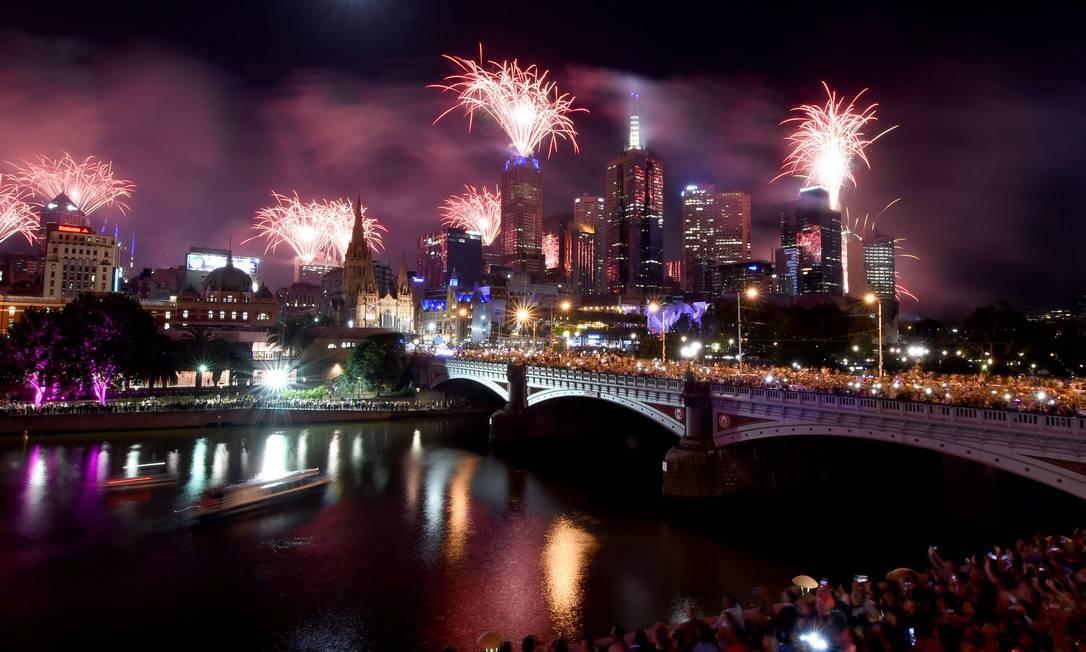 Fogos de artifício acendem o céu ao longo do rio Yarra durante as festas de Ano Novo em Melbourne, Austrália. MAL FAIRCLOUGH / AFP