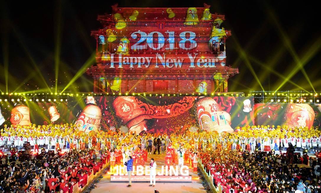 As pessoas celebram o novo ano durante um evento na contagem regressiva no Yongdingmen Gate em Pequim, China. JASON LEE / REUTERS