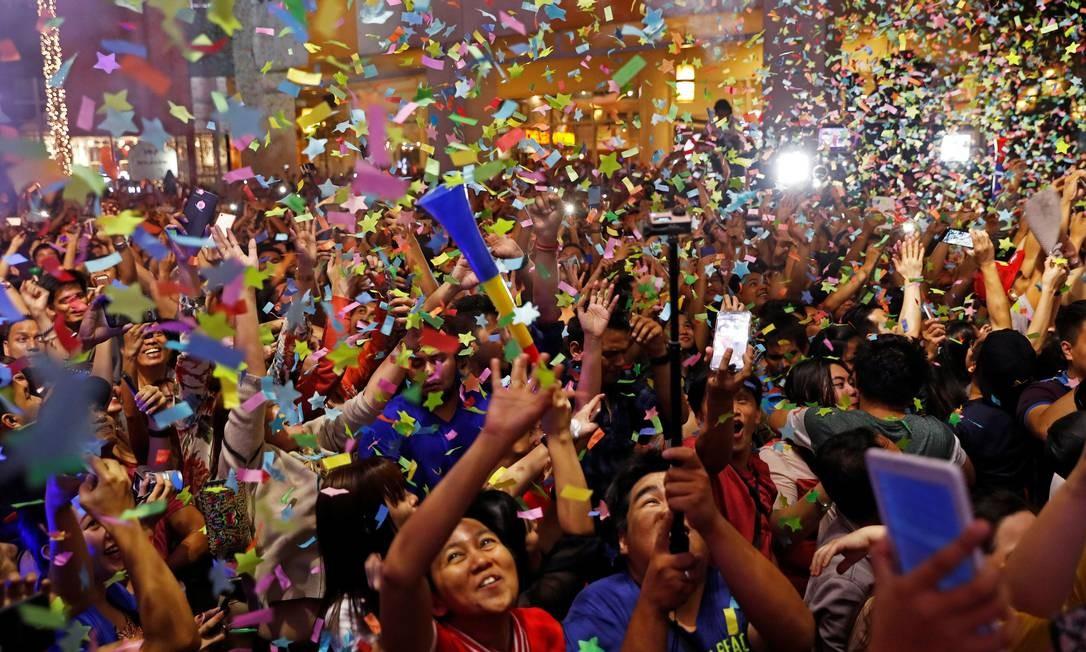 As pessoas comemoram o ano novo no shopping de Eastwood, em Quezon City Metro Manila, nas Filipinas ERIK DE CASTRO / REUTERS